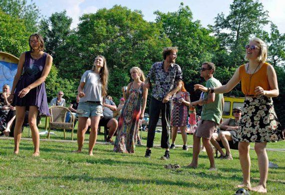 Zes dansers op grasveld bij concert in circustent van George Kush Trio tijdens rondje noord 2018 bij Nijmeegse StadsNomaden