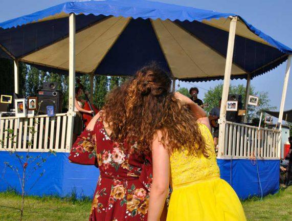 Zusjes genieten van concert van band in circustent van George Kush Trio tijdens rondje noord 2018 bij Nijmeegse StadsNomaden