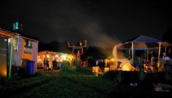 Bij-nacht-gazebo-rookwolken-vuur-woonwagens-Gabrielle-Berning-Fotografie